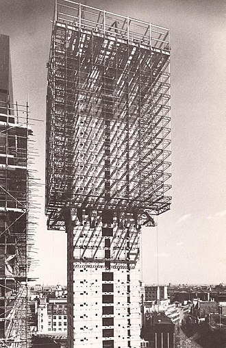 St. Helen's (skyscraper) - The Commercial Union building under construction in 1968. Office floors were suspended from steel trusses cantilevered from the mid- and roof-level plant floors