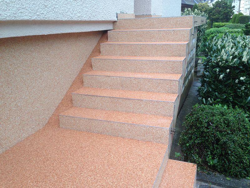 File:Steinteppich auf einer Treppe.jpg