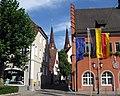 Türme von St. Laurentius in Kenzingen, rechts das Rathaus 3.jpg