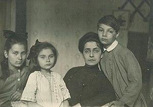 Ariadna Scriabina - Tatyana Schletzer with Ariadna, Marina and Julian, Moscow, 1918