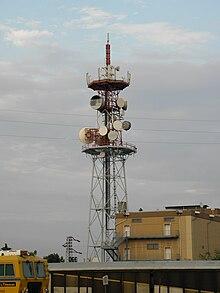 Esempio di ripetitore in ponte radio con tipiche antenne paraboliche direttive