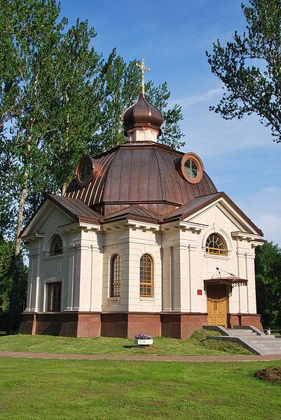 http://upload.wikimedia.org/wikipedia/commons/thumb/9/9c/Temporary_chapel_in_Moskovskiy_Park_Pobedy.JPG/401px-Temporary_chapel_in_Moskovskiy_Park_Pobedy.JPG
