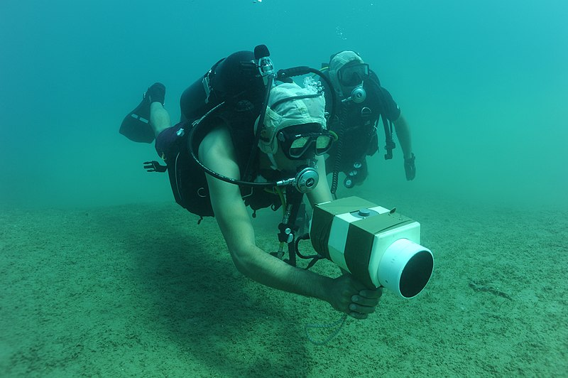 Berkas:US Navy 100708-N-4776G-203 Explosive Ordnance Disposal Technician 3rd Class Jonathan Sokol conducts training on a AN-PQS 2A hand held sonar.jpg