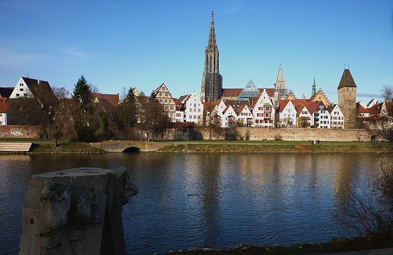 Ulm - Stadtkulisse Ulm mit Donau.jpg