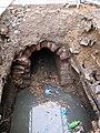 Výkop kanalizace, voda v jámě.jpg