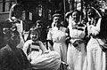 Verpleegsters op de Biltstraat te Utrecht tijdens de intocht van het geallieerde leger - HUA-835057.jpg
