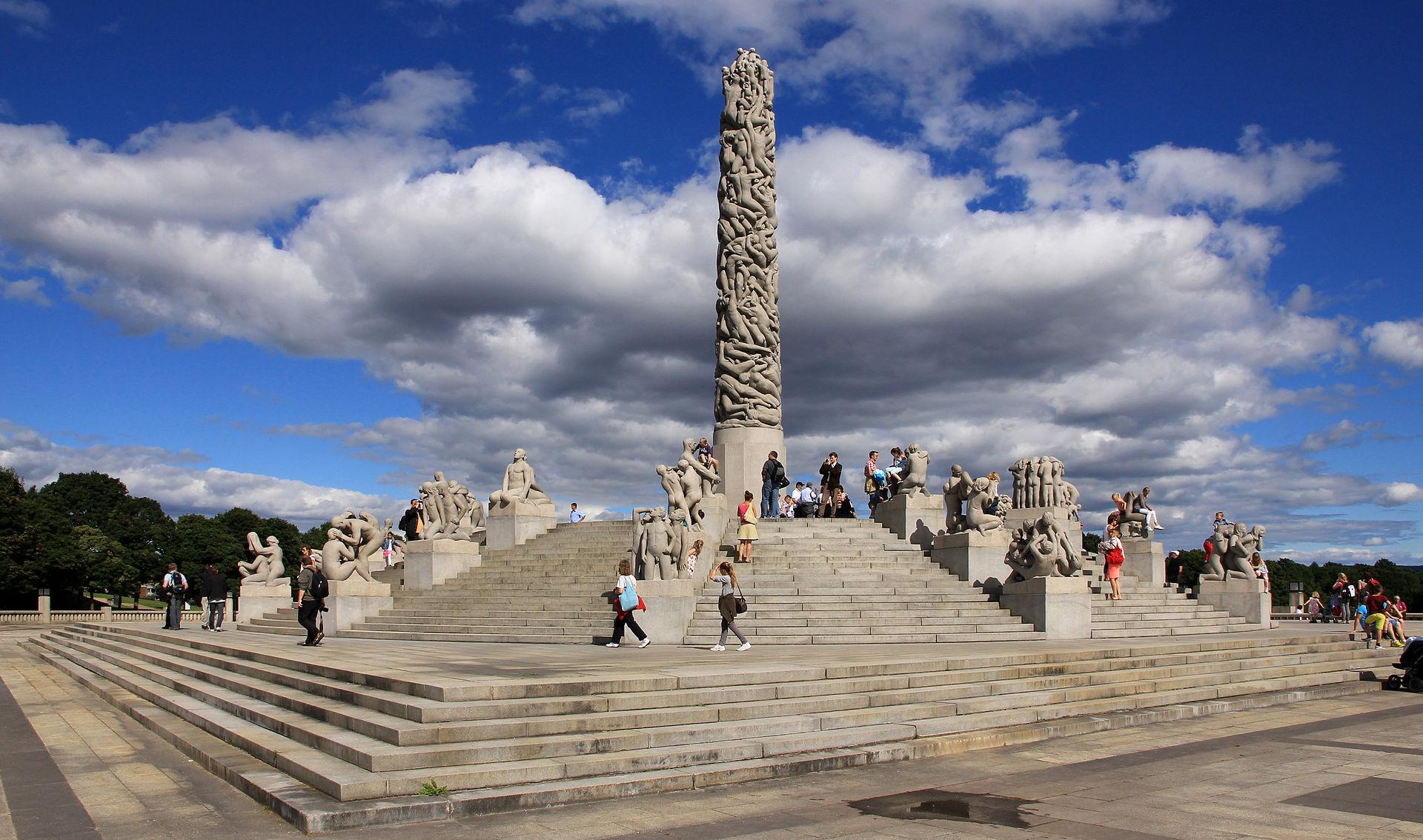 «Monolitten» på Monolittplatået er omgitt av en sirkeltrapp med 36 figurgrupper i granitt anbrakt i rader oppover trappa Foto: 2012