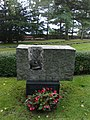 Vuosien 1939-44 sodissa kentälle jääneiden etsinnöissä Venäjän alueelta löydettyjen sankarivainajien muistomerkki, Hietaniemen hautausmaa.jpg