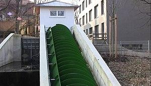 Wasserkraftschnecke, Schwarze Lacke, München.JPG