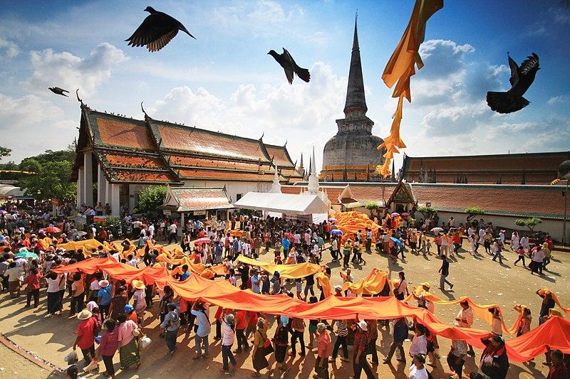 Хода будистів і храм Пхра Махатхат під час Фестивалю Хе Пха Кхин Тхат. Провінція Накхонсітхаммарат, Таїланд. Автор фото — KOSIN SUKHUM, ліцензія CC-BY-SA-4.0