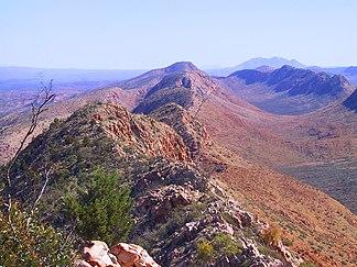 Blick über die West MacDonnell Ranges vom Larapinta Trail in der Nähe von Glen Helen