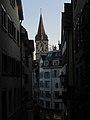 Zürich - abendlicher Blick durch die Altstadt zur reformierten Kirche St Peter.jpg