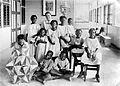 Zuster Nelly de Borst met melaatse kinderen op zendings zorgintel... - Collectie stichting Nationaal Museum van Wereldculturen - TM-10018962.jpg