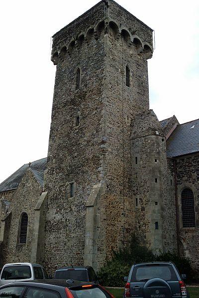 Église Saint-Germain de fr:Barneville La base de la tour présente quelques assises d'appareil en arête-de-poisson.