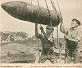 Снаряд, поднимаемый к тяжёлому орудию англичанами на германском Западном фронте. Лето 1916.jpg