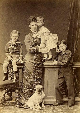 Цесаревна и великая княгиня Мария Фёдоровна с детьми. Слева направо: Георгий, Ксения, Николай. 1879