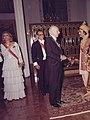 غلامرضا سخایی با لباس بلوچی در حال گفتگو با والتر شل صدر اعظم وقت آلمان.jpg