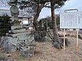 伝安田義定の墓.jpg