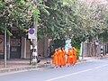 清迈街头的僧人 - panoramio.jpg