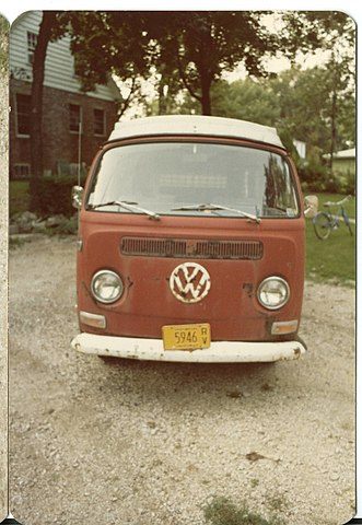 https://upload.wikimedia.org/wikipedia/commons/thumb/9/9d/1971_volkswagen_campermobile_front.jpg/331px-1971_volkswagen_campermobile_front.jpg