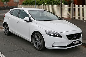 2013 Volvo V40 (MY13) T4 Kinetic hatchback (2015-12-07) 01.jpg