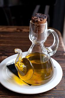 Olio d'oliva nell'oliera da tavola