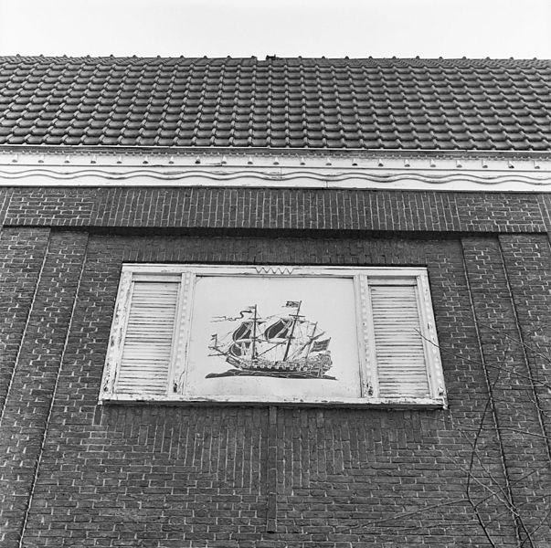 File afbeelding van een schip in raam boven de ingang van het museum amsterdam 20016363 - Ingang van een huis ...