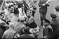 Ajax tegen ADO 2-1. Piet Keizer vlucht voor de aanstormende supporters naar klee, Bestanddeelnr 921-3887.jpg