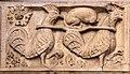Ambito di wiligelmo, porta della pescheria, 03 favole di esopo, 01 galli che trasportano volpe (vigilanza).jpg