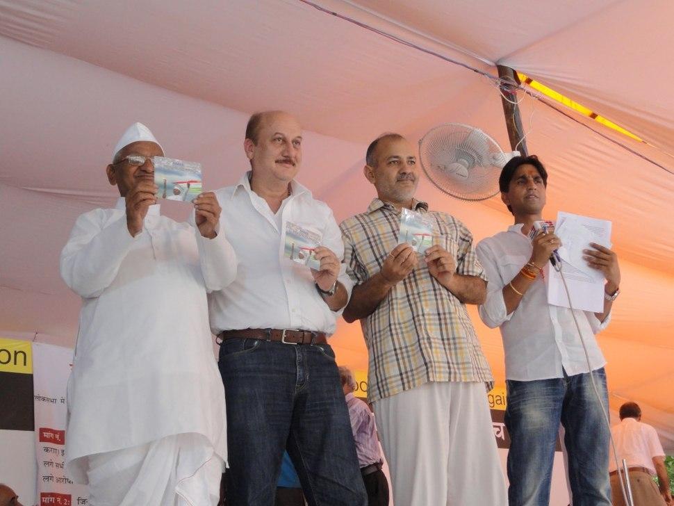 Anaa Hazare with Anupam Kher, Manish Sisodia and Kumar Vishwas