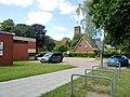 Auferstehungskirche in HH-Lurup mit Gemeindehausern.jpg
