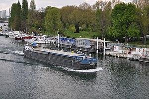 Barge Destin on the river Seine 002.JPG