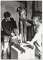 Bert Binder (r) en John Hiers met een bronzen beeld van Eja Siepman. NL-HlmNHA 54034111.JPG