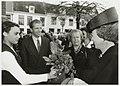 Bezoek van Koningin Beatrix aan het jubilerende Coen Cuserhuis. De bloemen worden bij de Nieuwe Kerk aangeboden door Gaby van Rhoon (opgegroeid in een van de opvanghuizen van de Stichting Je, NL-HlmNHA 54035328.JPG