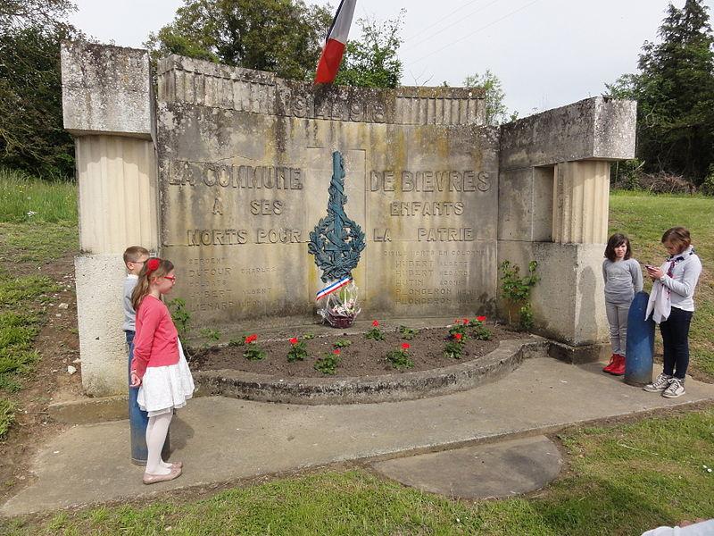 Bièvres (Aisne) Cérémonie commémorative 70e, 8 mai 2015. Des enfants en garde devant le monument aux morts