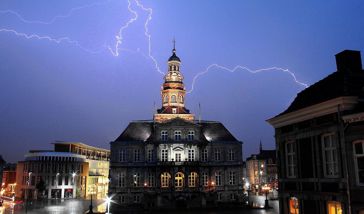 https://upload.wikimedia.org/wikipedia/commons/thumb/9/9d/Bliksem_boven_het_stadhuis_van_Maastricht2.jpg/1200px-Bliksem_boven_het_stadhuis_van_Maastricht2.jpg