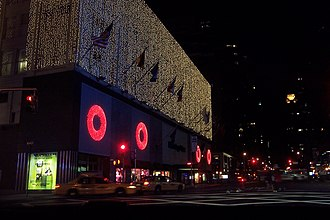 Bloomingdale's - Image: Bloomingdales New York Holiday Night
