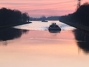 Bow wave - Bow wave of a canal barge