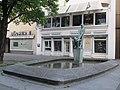 """Brunnen mit Plastik """"Spielende Kinder"""" - Hannover-Mitte Grupenstraße - panoramio.jpg"""