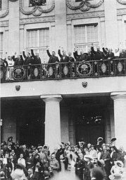 Após a posse do primeiro Presidente do Reich em Weimar: Presidente do Reich [Friedrich] Ebert, Chanceler do Reich [Konstantin] Fehrenbach e os membros do governo com uma saudação à República.