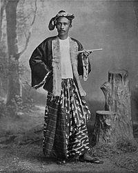 ၁၈၀၀ ခုနှစ်နောက်ပိုင်းကာလ တောင်ရှည်ပုဆိုးဝတ်ထားသော ဗမာယောက်ျားတစ်ဦးအား တွေ့ရပုံ
