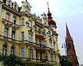 Bydgoszcz, kościół ewangelicki, ob. rzym.-kat. par. p.w. śś. Piotra i Pawła, 1872-1876 na tle kamienicy.jpg