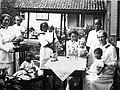 COLLECTIE TROPENMUSEUM Kleuters en leidsters uit het Vrouwen- en Kinderziekenhuis William Booth van het Leger des Heils te Soerabaja TMnr 60011625.jpg