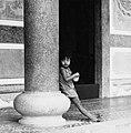 COLLECTIE TROPENMUSEUM Meisje bij een Chinese tempel TMnr 20000163.jpg