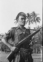 COLLECTIE TROPENMUSEUM Militair bij de status-quo-lijn bij Gombong waar onderhandelingen plaatsvinden TMnr 10029233