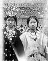 COLLECTIE TROPENMUSEUM Minangkabausche meisjes in adatkostuum West-Sumatra TMnr 10002779.jpg