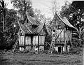 COLLECTIE TROPENMUSEUM Rijstschuren in Minangkabause bouwstijl te Batipoe in de Padangse Bovenlanden Sumatra`s Westkust TMnr 60003599.jpg