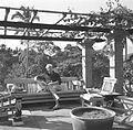 COLLECTIE TROPENMUSEUM Rudolf Bonnet leest de krant op het terras naast zijn huis TMnr 60030466.jpg
