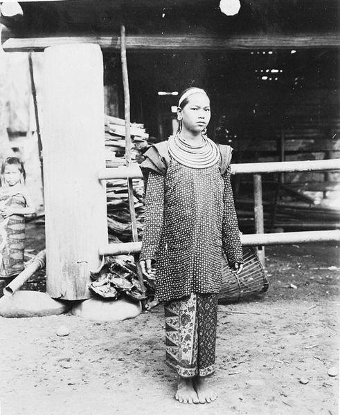 File:COLLECTIE TROPENMUSEUM Vrouw uit Oelakboentar Lampongsche districten. Sumatra TMnr 60040194.jpg