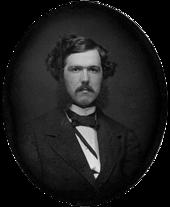 fotografia em preto-e-branco de um jovem com um bigode